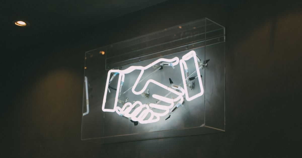 mains-collaborateurs-néon