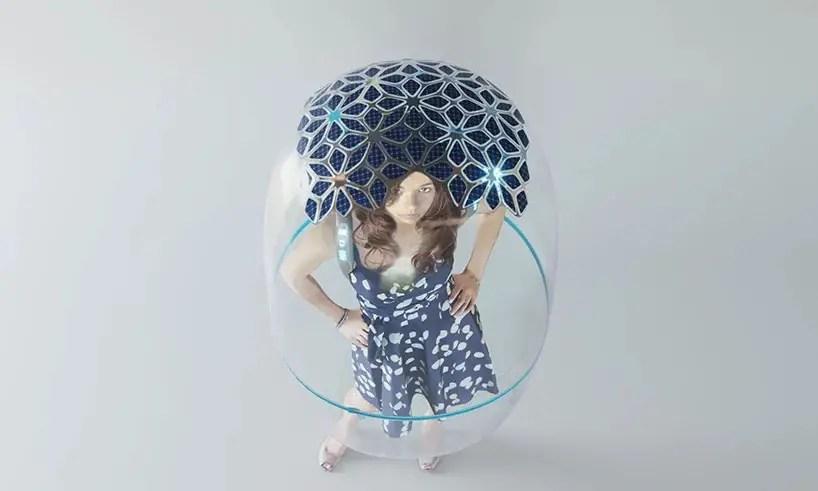 femme-bulle-panneaux-solaire-fond-gris