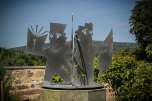 Figura de los hermanos Grimm en el jardín