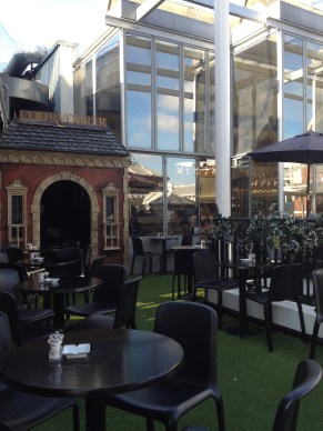 Breakfast on a rooftop in London! How chic.
