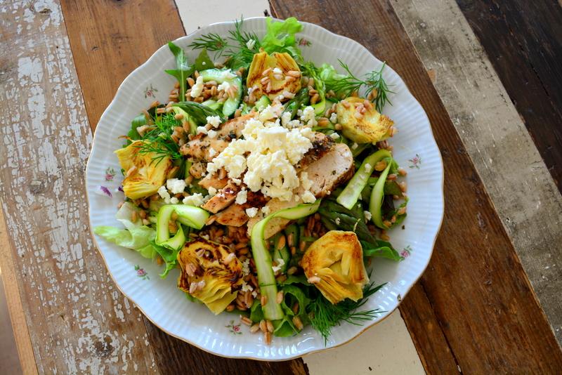 Salade met artisjokken, groene asperges, dille, farro, kip, feta en komkommer