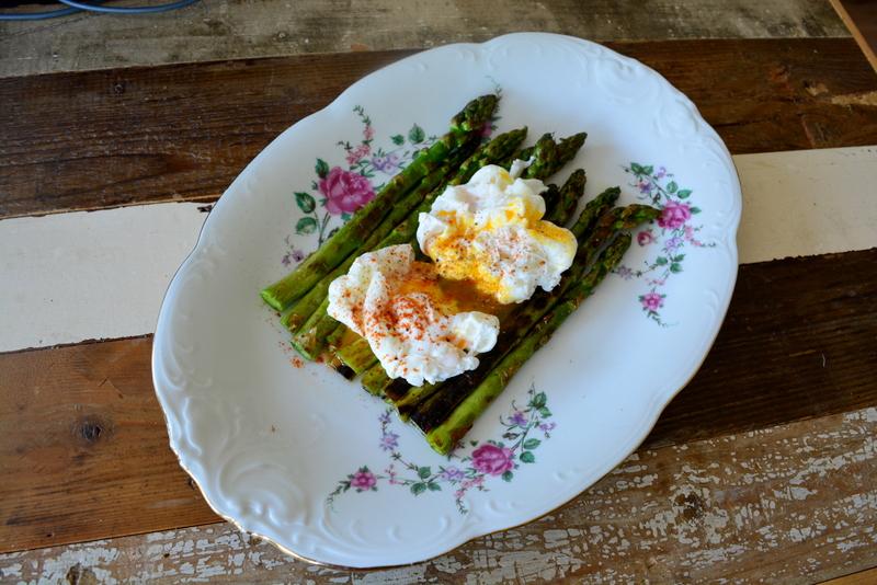 Groene asperges met gepocheerd ei, paprika poeder, zeezout