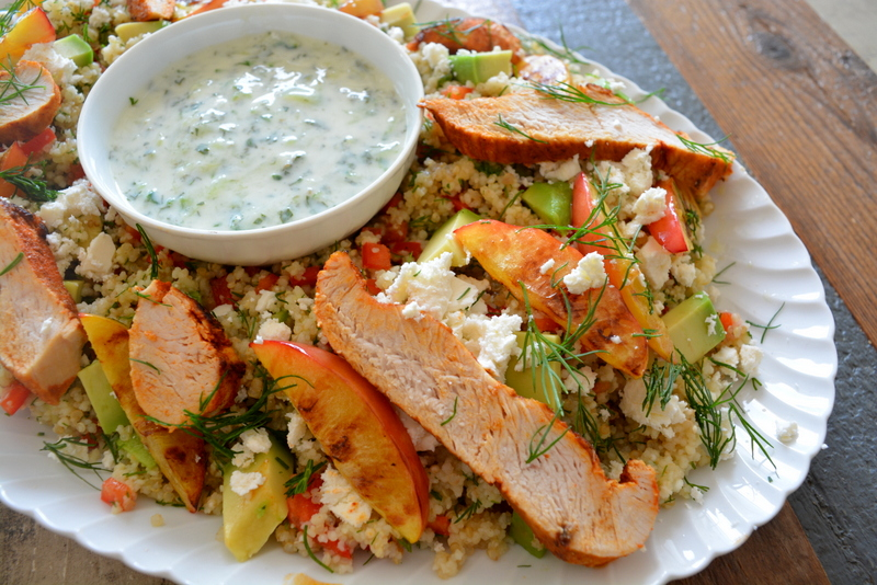 Quinoa & Couscous salade met kalkoen en gegrilde nectarine, tzatziki, dille