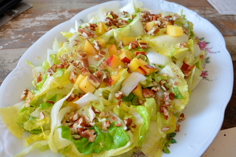 Salade met nectarine, witlof, bladsla, pecannoten