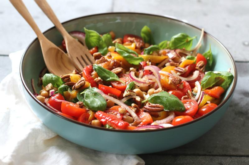 Salade met tomaat gegrilde paprika en kikkererwten www.jaimyskitchen.nl