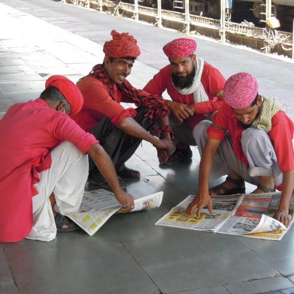Les coolies en pause à la gare de Jaipur, Rajasthan