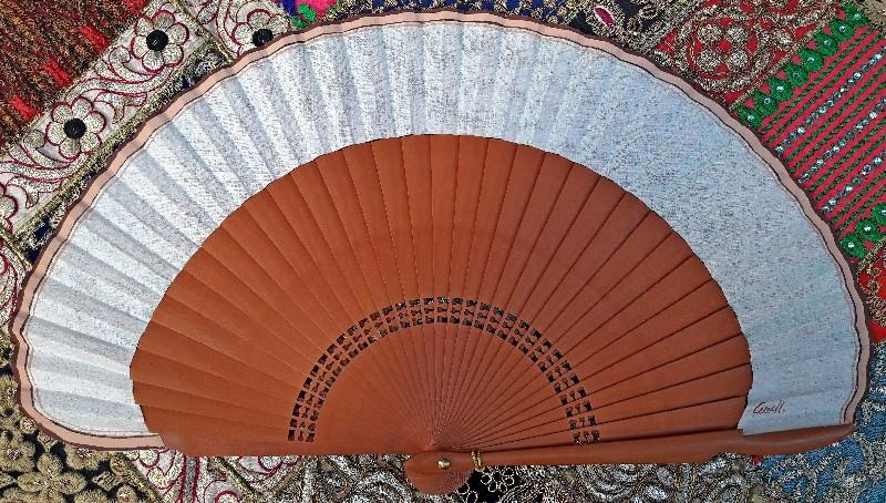Eventail en bois de poirier et coton peint à la main en Espagne.