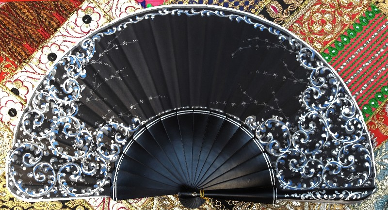 Eventail noir et bleu peint à la main