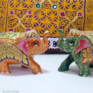 Eléphants en bois peint