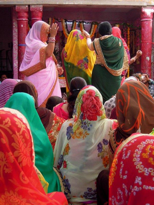 Femmes à la fête des fleurs au Krishna temple Pushkar