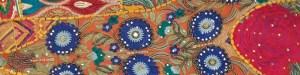 Détail de broderie multicolore sur coussin