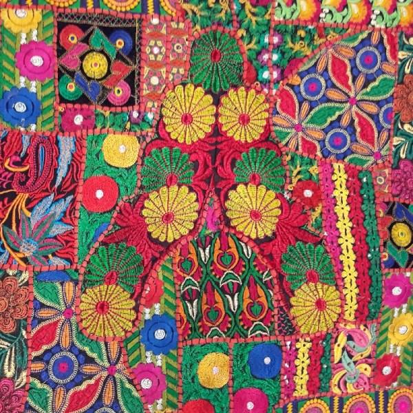 Coussin brodé tons multicolores