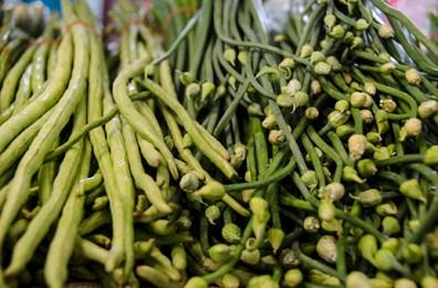 Haricots verts et chose étrange mais très bonne - marché de Lampang