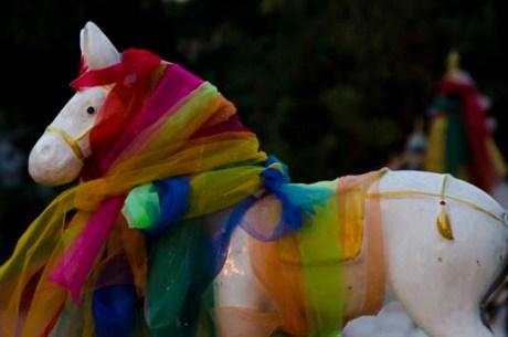 Cheval entouré de tissus de prière - Chiang Mai