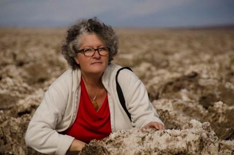 Une dame en train de ramasser des fleurs - Death Valley - USA