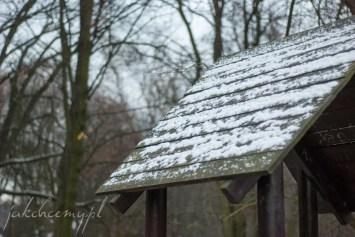 daszek domku na placu zabaw pod pierwszym sniegiem krk