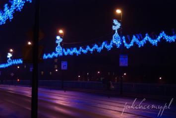 nocne świąteczne dekoracje mostu powstańców śląskich w krakowie