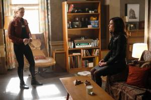Emma and Regina talk in OUAT Season Five finale