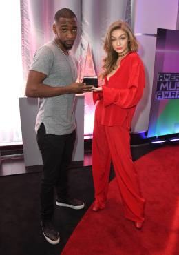Hosts Jay Pharaoh & Gigi Hadid posed with an American Music Award. (Photo property of ABC & Dick Clark Productions)