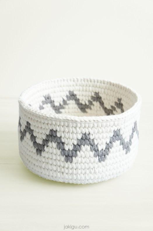 Sturdy crochet basket with a grey chevron, designed by jakigu.com