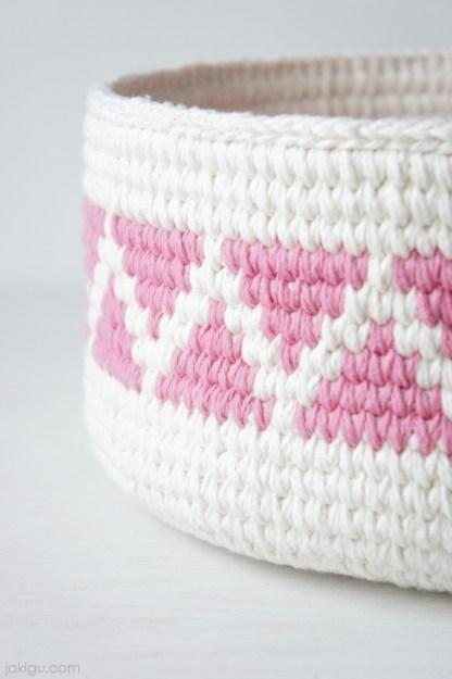 Geometric Crochet Basket by jakigu.com | triangles and chevron