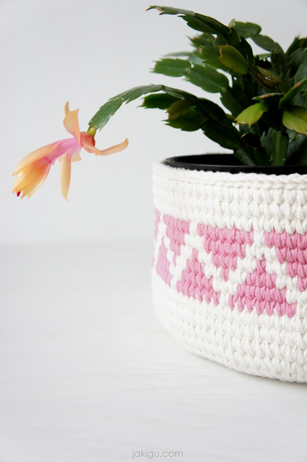 Crochet Basket or Planter with pink geometric detail | triangle chevron basket by jakigu.com