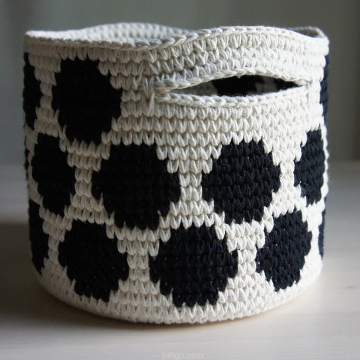 jakigu.com | black and white crochet basket