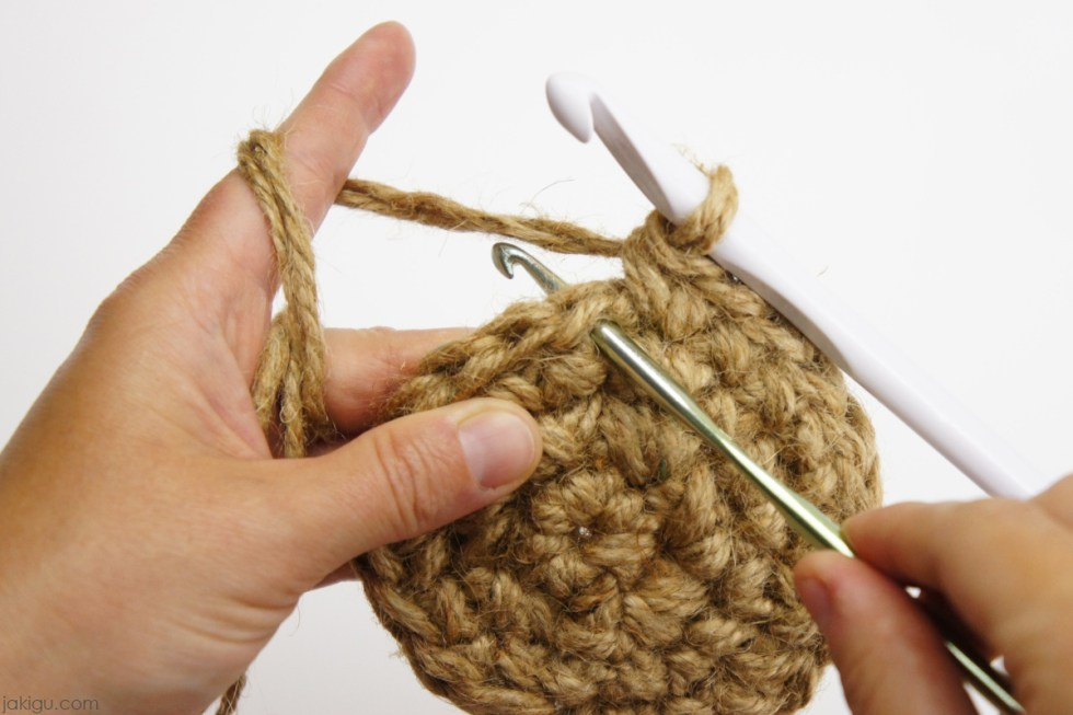 Crocheting with two hooks | jakigu.com