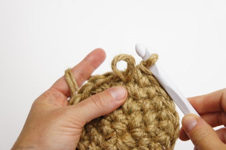 Crocheting with two hooks | jakigu.com