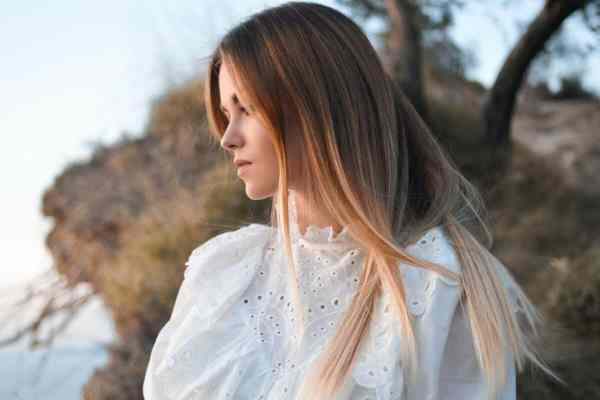 Jak naturalnie rozjaśnić włosy? Zioła na rozjaśnienie