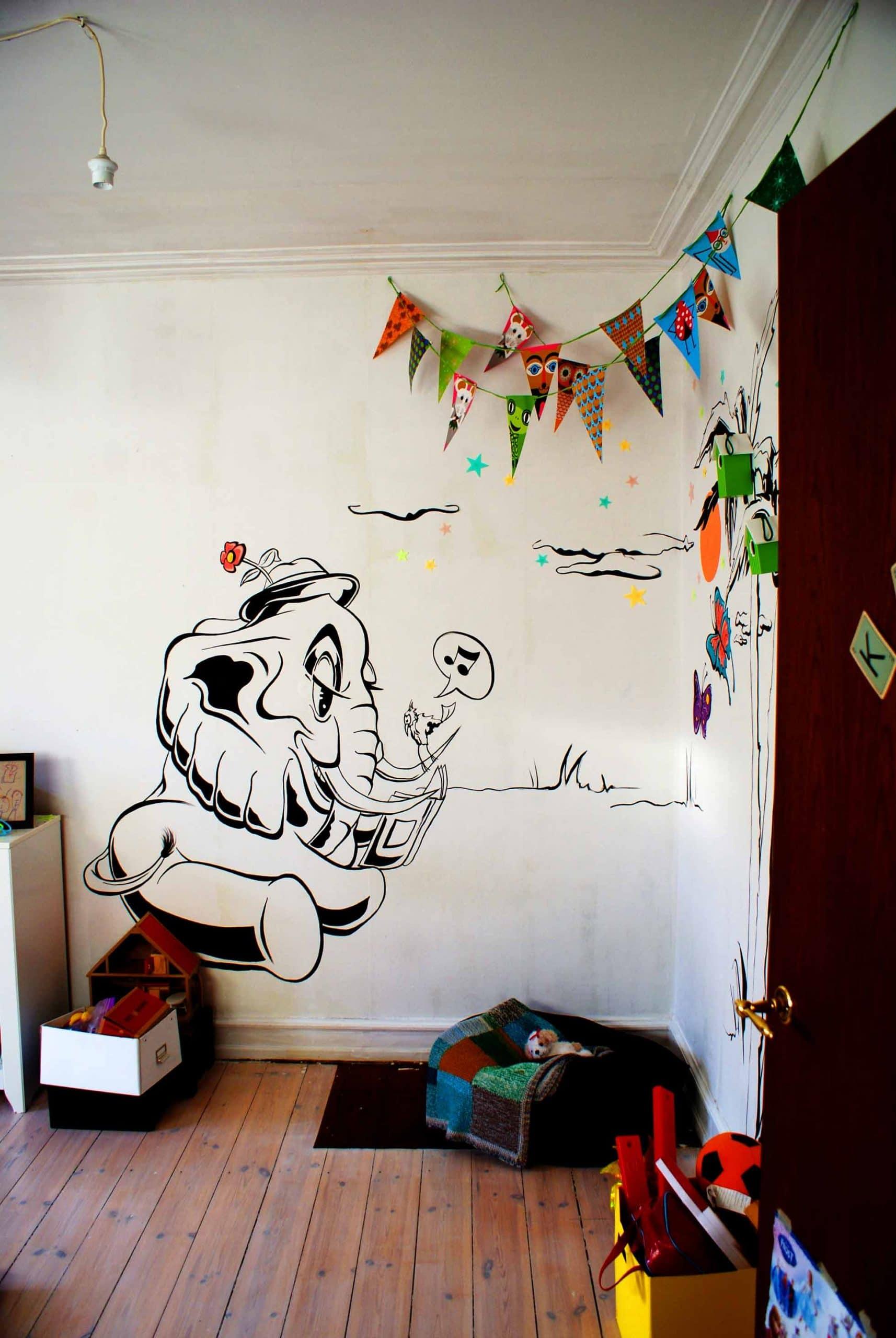 Graffiti kunstner Jakob i maler børneværelse