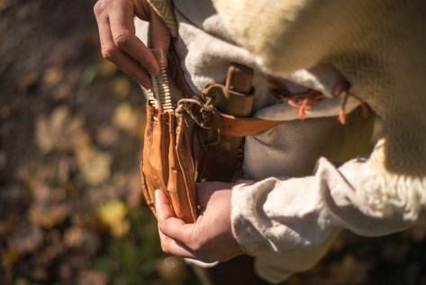 Osobní výbava bojovníka doby římské: hřeben váček na drobné přdměty, nůž.