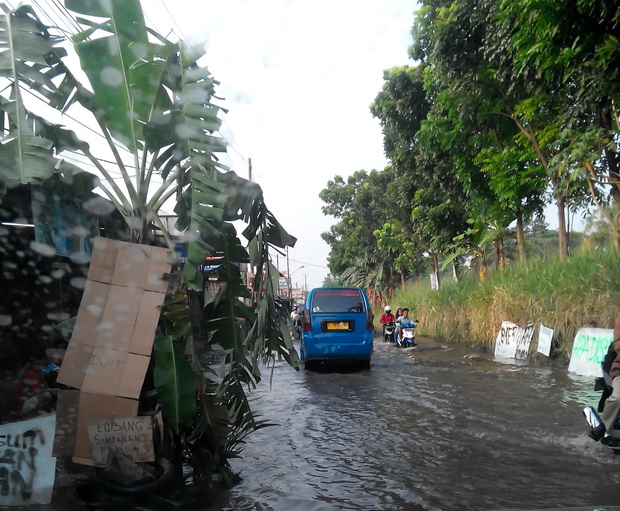 Masyarakat menutup jalan rusak di jalan pabuaran Citayam/ foto: jakrev.com