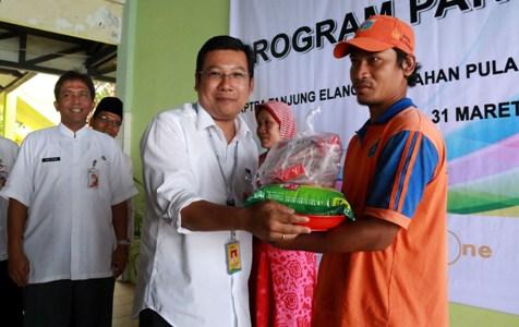 Dirut PT Food Station Arief Prasetyo Adi memberikan paket sembako kepada anggota PPSU dalam peluncuran program pangan murah di Kepulauan Seribu. (istimewa)
