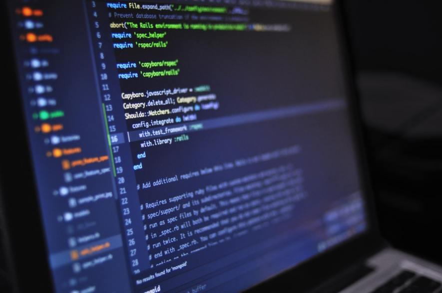 praca w IT - programowanie przez bootcampy, kursy i studia