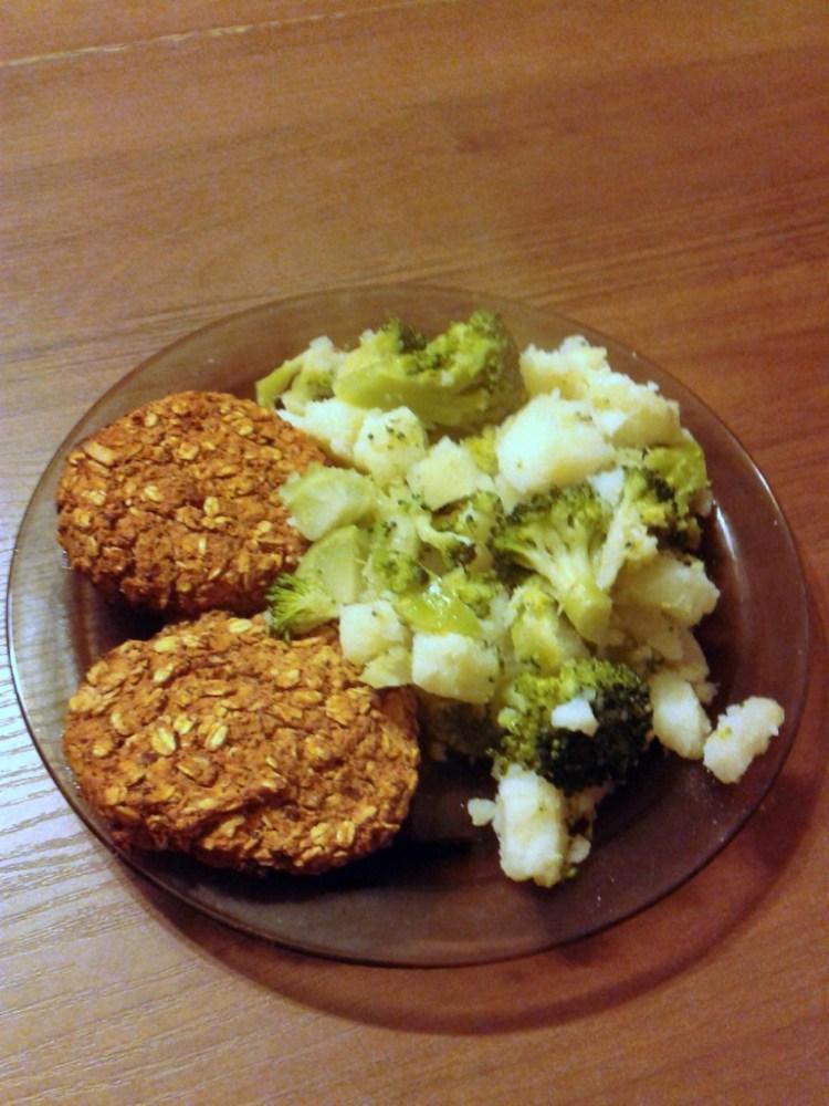 Kotlety z płatków owsianych i ciecierzycy z kalafiorem i ziemniakami