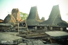 kubur batu ditegah kampung