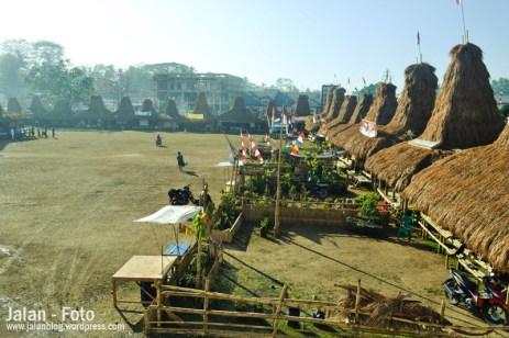 Puluhan Stand dengan gaya rumah tradisional Sumba