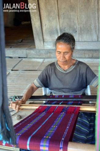 Penenun di Kampung Bena