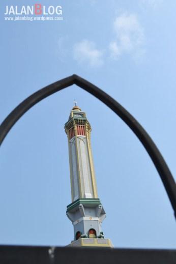 Di atas Menara Ada Jam besar yang akan berbunyi setiap kali azan berkumandang