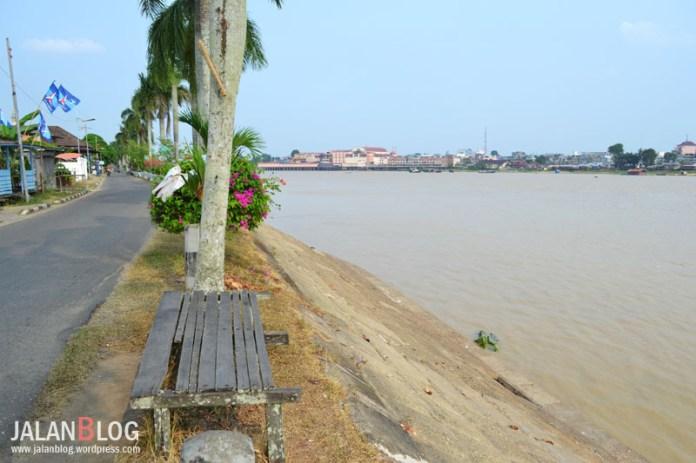 Asiknya duduk disini sambil menikmati pemandangan Sungai Batanghari