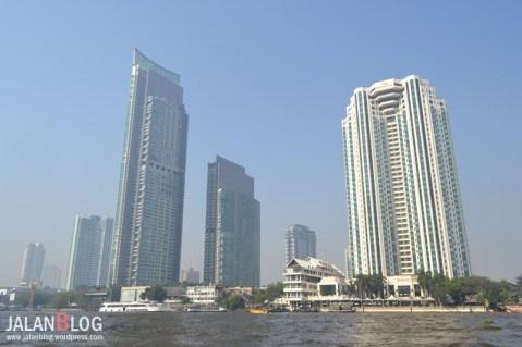 Pemandangan di seberang Saphan Taksin Pier
