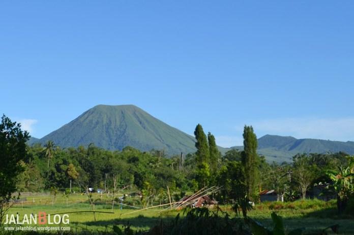 Gunung Lokon yang cantik namun berbahaya