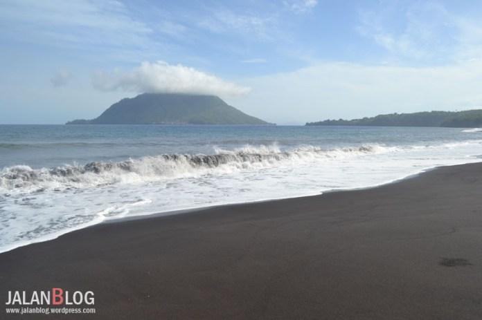 Pantai di dekat Tolire Kecil