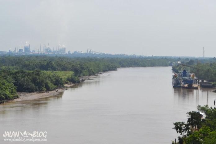 Sungai Siak dengan Pabrik di Tepinya