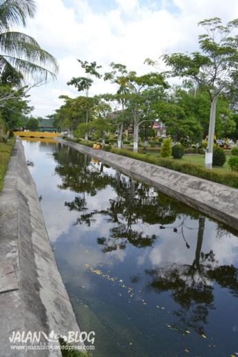 Sungai Kecil/Kanal di depan Istana