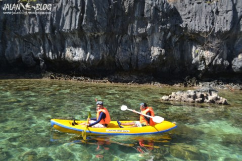 Harus kayaking kalau mau masuk ke secret lagoon
