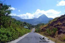 Jalanan menurun menuju lembah