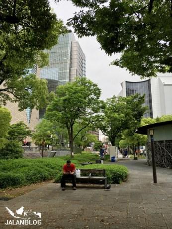 Taman didekat pintu masuk Osaka castle