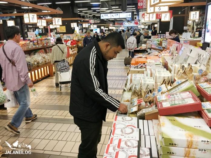 Bazaar Makanan di stasiun Echigo Yuzawa